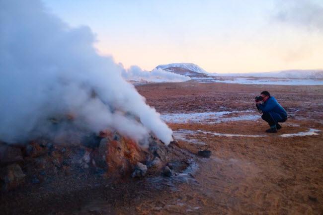 Nhà sản xuất GoT Production đã tạo khung cảnh bão tuyết trong Trò chơi vương quyền 2 bằng cách  sử dụng hơi nước bốc lên từ núi và mạch địa nhiệt ở Akureyri, Iceland.