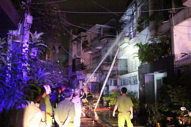Cháy nhà lúc 0 giờ, 7 người lao ra từ biển lửa - 1