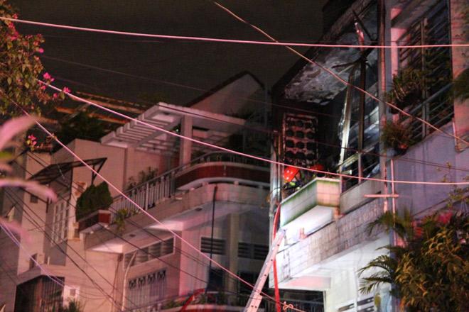 Cháy nhà lúc 0 giờ, 7 người lao ra từ biển lửa - 2