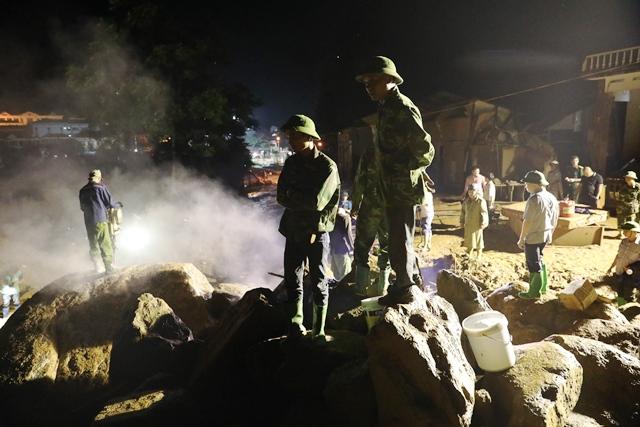 Xuyên đêm phá đá tìm kiếm 12 người mất tích ở Yên Bái - 1