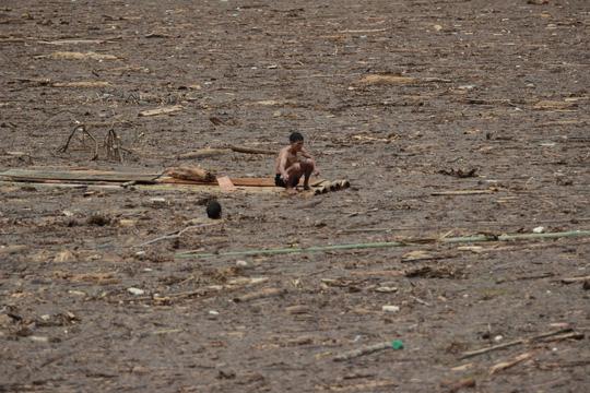 Người già, trẻ nhỏ Mù Cang Chải bơi ra giữa dòng nước lũ vớt củi - 14