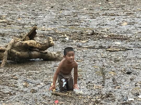 Người già, trẻ nhỏ Mù Cang Chải bơi ra giữa dòng nước lũ vớt củi - 7
