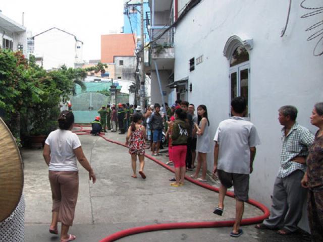 Cô gái trẻ nhảy lầu, thoát khỏi đám cháy ở Sài Gòn