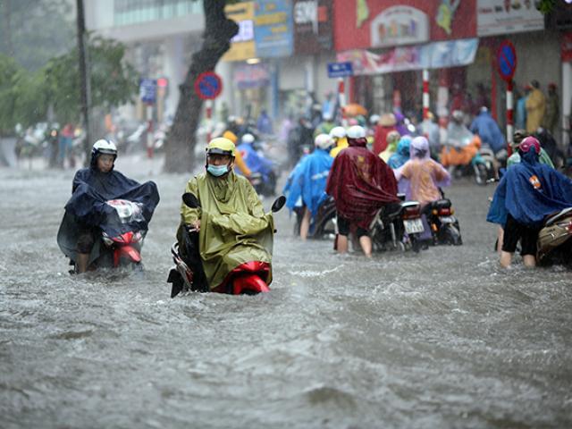 """Người Hà Nội """"ngụp lặn"""" trong dòng nước thối sau mưa lớn"""