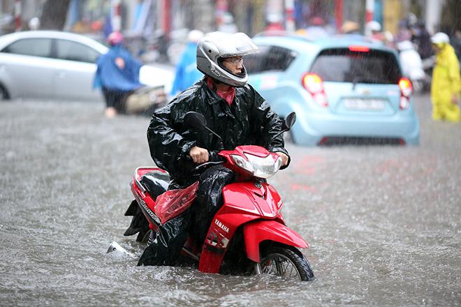 """Người Hà Nội """"ngụp lặn"""" trong dòng nước thối sau mưa lớn - 5"""