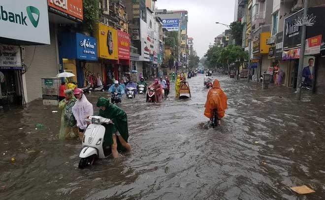 """Người Hà Nội """"ngụp lặn"""" trong dòng nước thối sau mưa lớn - 4"""