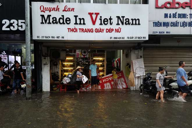 """Người Hà Nội """"ngụp lặn"""" trong dòng nước thối sau mưa lớn - 14"""