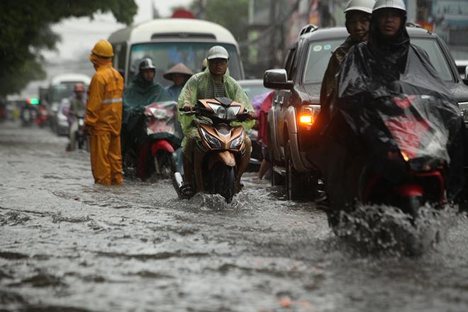 """Người Hà Nội """"ngụp lặn"""" trong dòng nước thối sau mưa lớn - 7"""