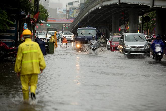 """Người Hà Nội """"ngụp lặn"""" trong dòng nước thối sau mưa lớn - 8"""
