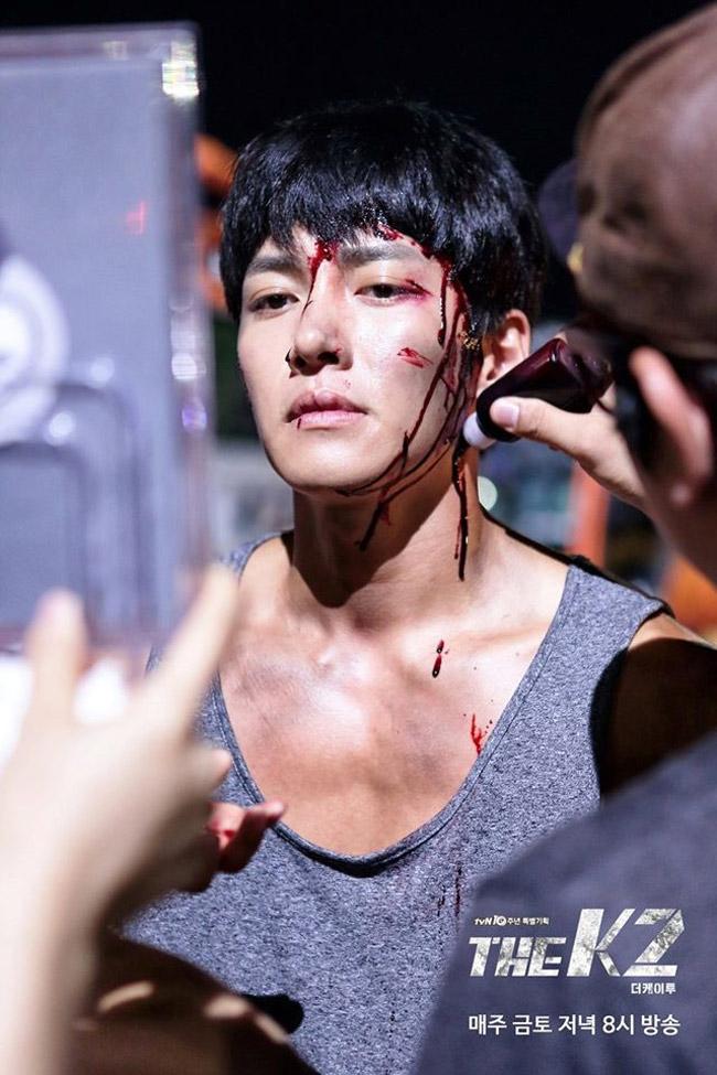 Mỹ nam Ji Chang Wook được chuyên gia hóa trang bôi thuốc đỏ tạo máu. Đây là cảnh phim nhân vật của anh bị thương nặng, máu chảy đầm đìa.