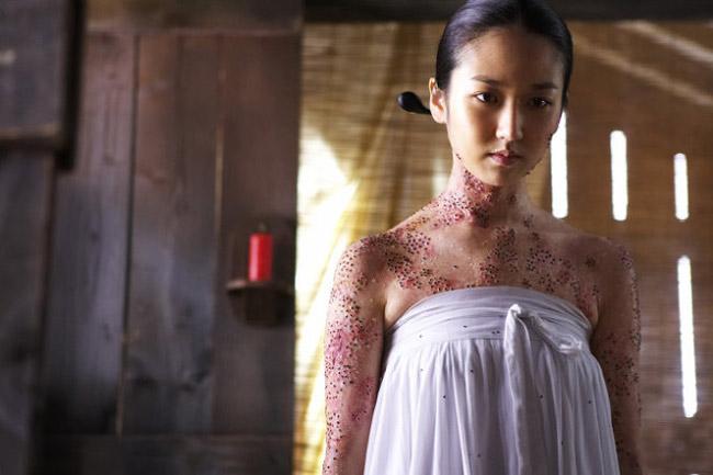 Cảnh phim kinh dị của màn ảnh Hàn cũng khiến người xem thấy sởn da gà. Kỳ thực đây chỉ là một khâu hóa trang sao cho giống thật nhất.