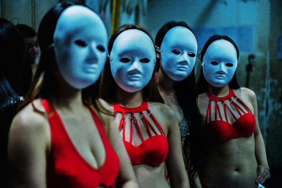 Cận cảnh hoạt động của vũ nữ trong hộp đêm ngầm ở TQ - 1