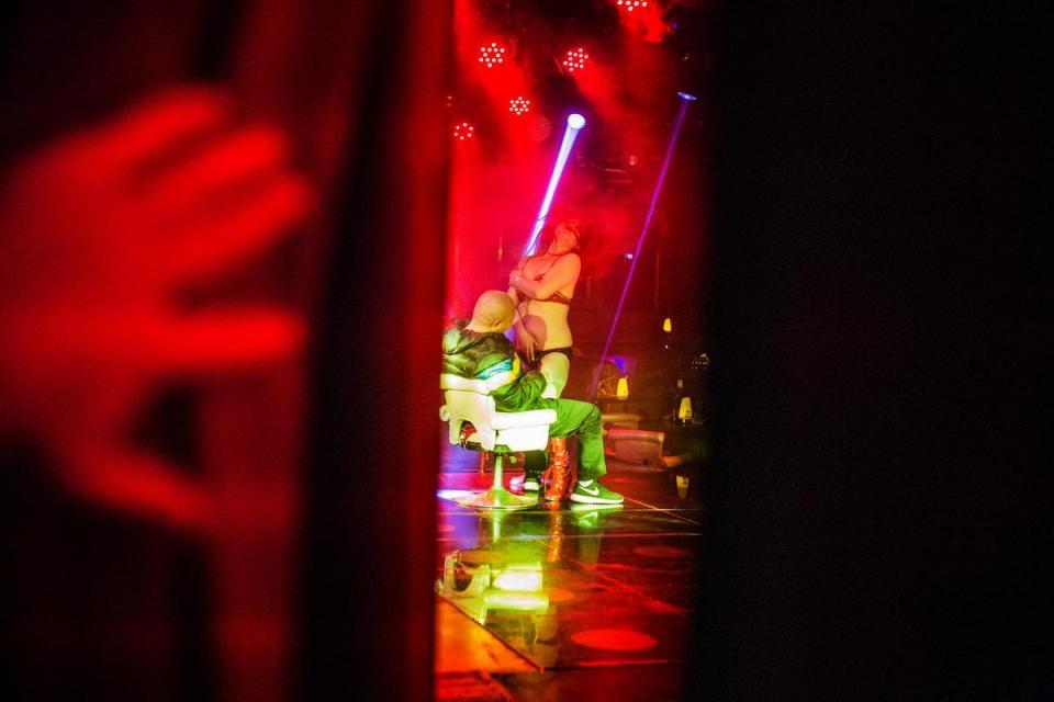 Cận cảnh hoạt động của vũ nữ trong hộp đêm ngầm ở TQ - 2