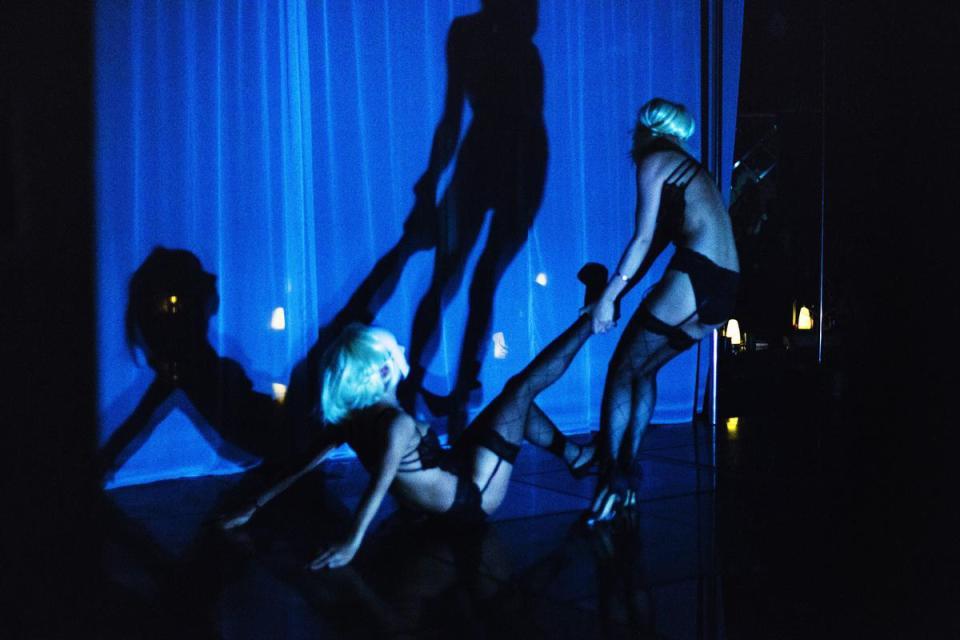 Cận cảnh hoạt động của vũ nữ trong hộp đêm ngầm ở TQ - 3