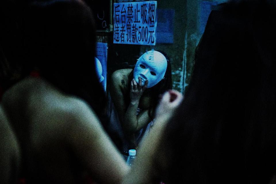 Cận cảnh hoạt động của vũ nữ trong hộp đêm ngầm ở TQ - 6