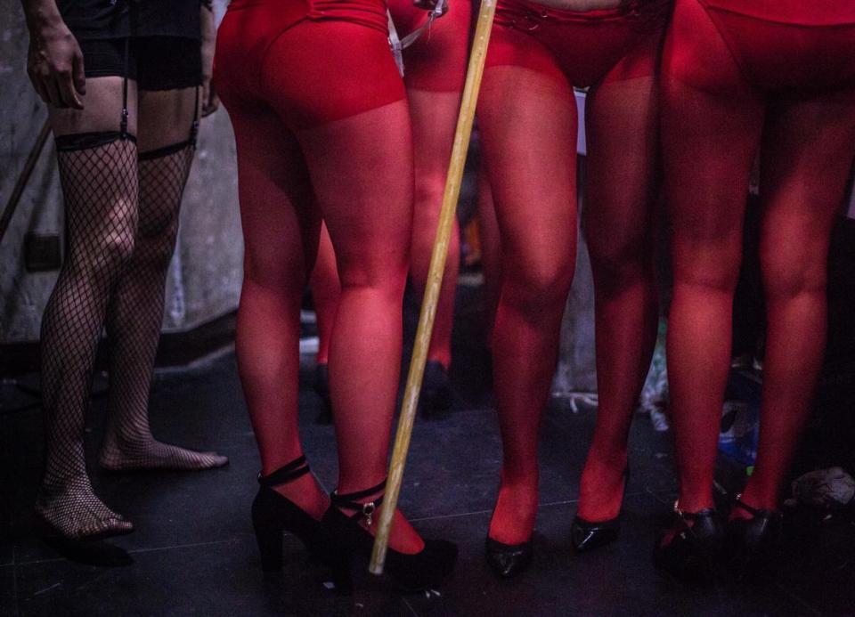 Cận cảnh hoạt động của vũ nữ trong hộp đêm ngầm ở TQ - 7