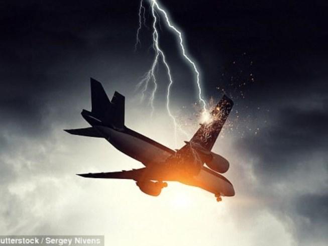 Máy bay bị sét đánh thủng 46 lỗ vẫn bay tiếp 9 giờ - 1