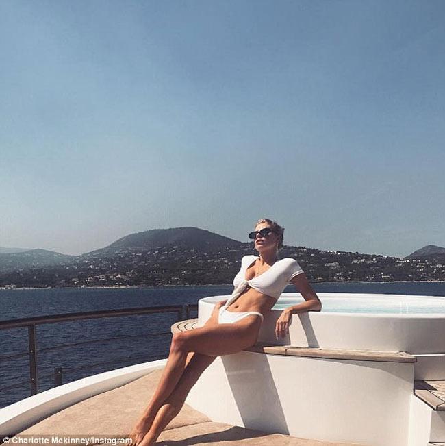 Cô là người mẫu đáng chú ý trong làng chân dài thế giới bởi sở hữu thân hình sexy, nở nang khác biệt.