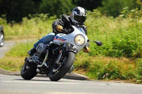 """So sánh Triumph Thruxton R với """"tân binh"""" R nineT Racer S của BMW - 1"""