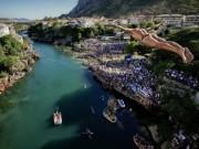 Du lịch - Thót tim với màn nhảy cầu liều lĩnh xuống dòng sông chảy xiết