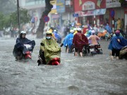"""Tin tức trong ngày - Người Hà Nội """"ngụp lặn"""" trong dòng nước thối sau mưa lớn"""