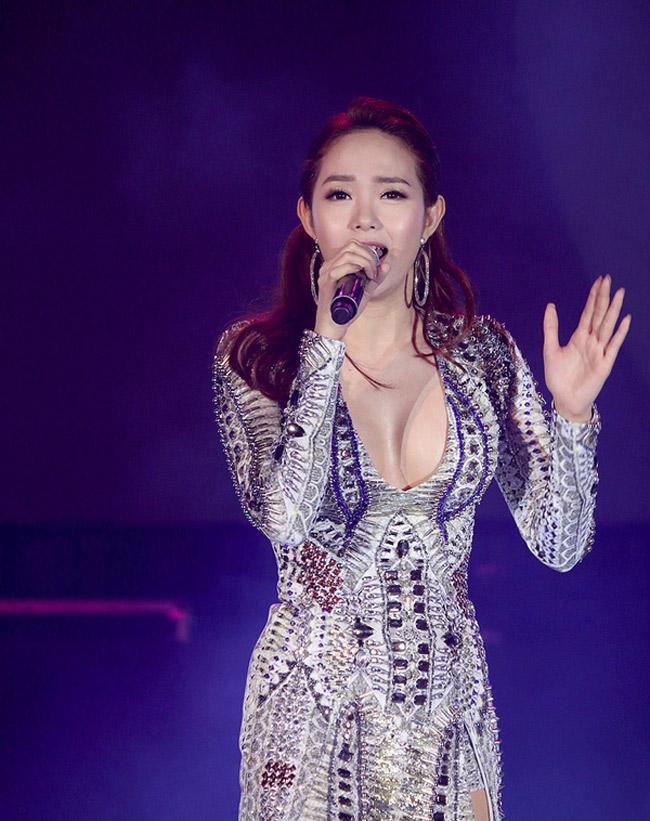 Vì ánh đèn flash khiến tấm hình trông như Minh Hằng bị lộ áo ngực.