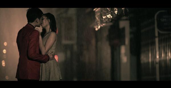 Những nụ hôn bạo liệt của Hà Hồ, Thanh Hằng, Thủy Tiên với trai đẹp - 5