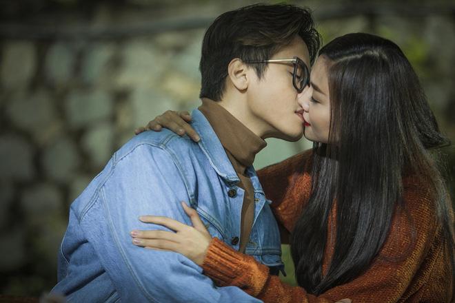 Những nụ hôn bạo liệt của Hà Hồ, Thanh Hằng, Thủy Tiên với trai đẹp - 2