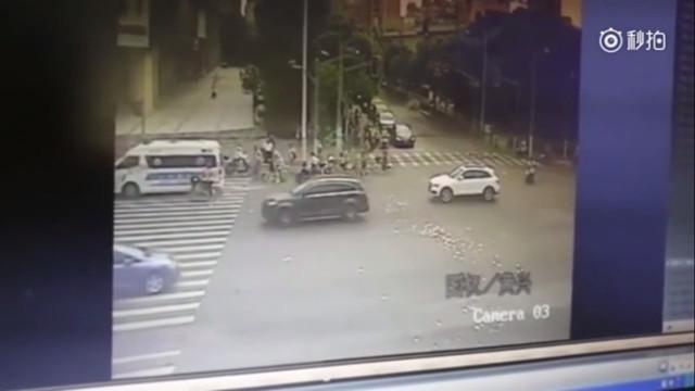 TQ: Tiền bay lả tả trên phố, người đi đường phản ứng khó tin - 1