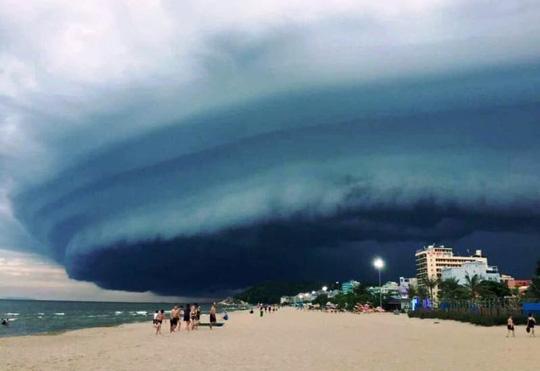"""Đám mây đen kịt hình thù kỳ lạ như """"nuốt chửng"""" biển Sầm Sơn - 1"""