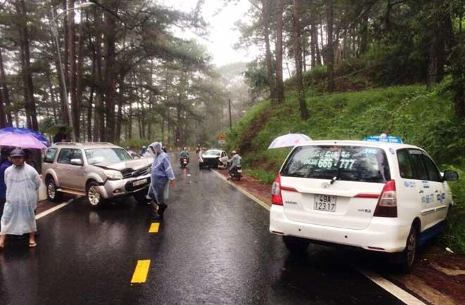 """Đà Lạt: 4 ô tô tông nhau gần """"nhà ma"""" trên đèo Prenn, nhiều người nhập viện - 2"""