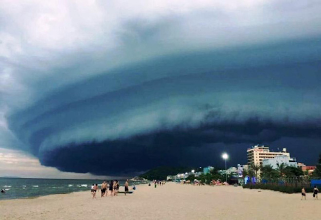 Nóng 24h qua: Mây đen kỳ quái tựa UFO xuất hiện ở Sầm Sơn
