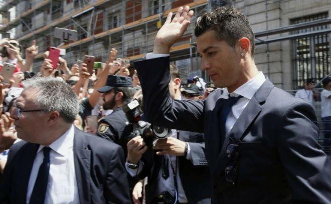 """Ronaldo """"u sầu"""" vì nghi án trốn thuế, mặc bạn gái diện bikini bốc lửa"""