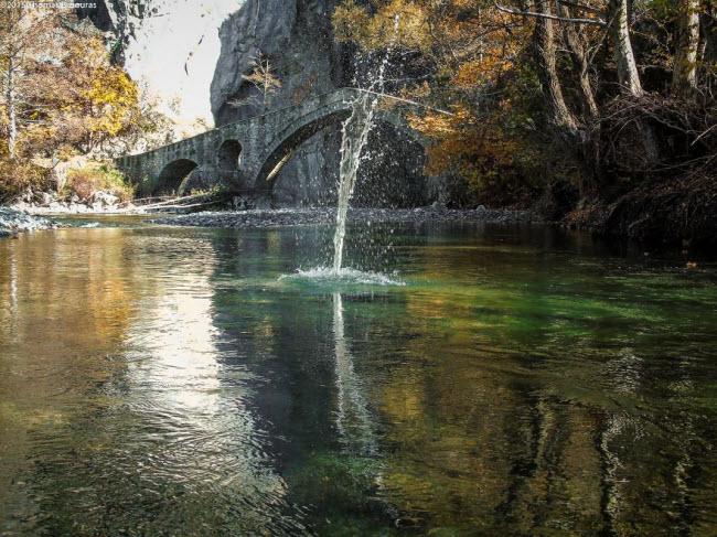 Biểu tượng của & nbsp;hẻm núi Portitsa là cây cầu đá cổ được xây dựng tại lối vào.