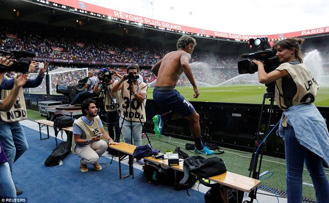 Neymar ra mắt trăm nghìn CĐV PSG: Hoành tráng như siêu sao Hollywood - 9