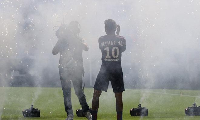 Neymar ra mắt trăm nghìn CĐV PSG: Hoành tráng như siêu sao Hollywood - 11