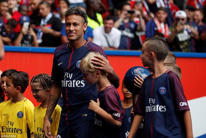 Neymar ra mắt trăm nghìn CĐV PSG: Hoành tráng như siêu sao Hollywood - 5