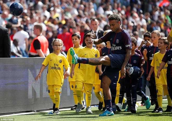 Neymar ra mắt trăm nghìn CĐV PSG: Hoành tráng như siêu sao Hollywood - 6