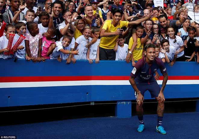 Neymar ra mắt trăm nghìn CĐV PSG: Hoành tráng như siêu sao Hollywood - 7