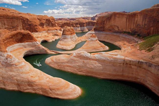 Chiếc thuyền di chuyển dọc dòng sông ngoằn ngoèo tại Hẻm núi Reflection thuộc bang Utah, Mỹ.