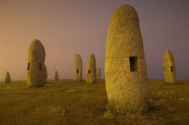 Những khối đá nằm khắp nơi trong công viên nghệ thuật ở Galicia, Tây Ban Nha.
