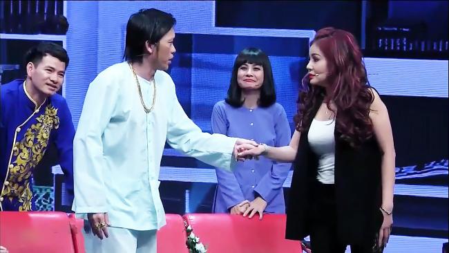Khi tham gia show Hội ngộ danh hài vào tháng 3.2017, danh hài Lê Giang bất ngờ tiết lộ chuyện Hoài Linh nhiều lần ngỏ lời xin cưới cô.