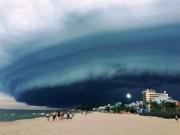 Đám mây đen kịt hình thù kỳ lạ như  nuốt chửng  biển Sầm Sơn