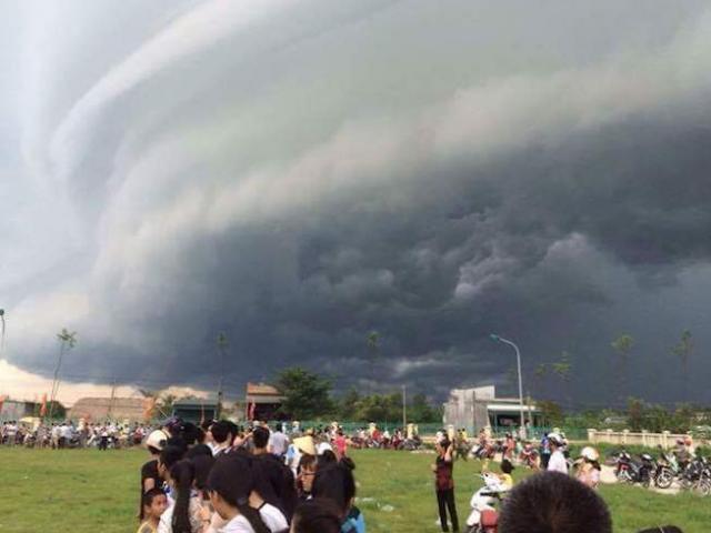 Sự quái lạ của đám mây đen tựa UFO xuất hiện ở Sầm Sơn - 3