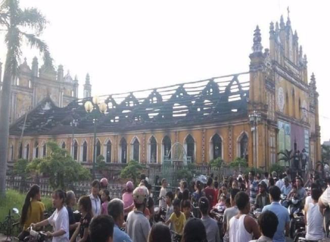 Cận cảnh nhà thờ hơn 100 năm tuổi cháy rực trong đêm - 1