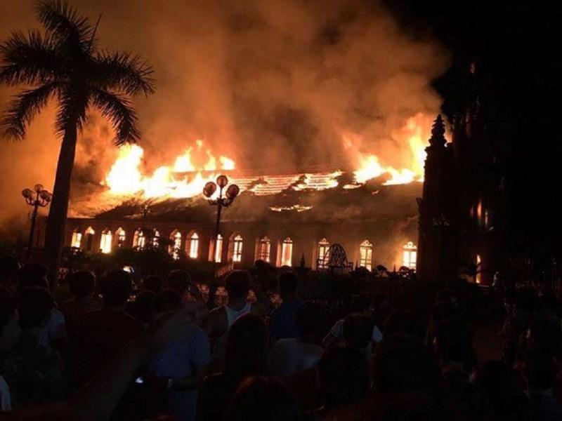 Cận cảnh nhà thờ hơn 100 năm tuổi cháy rực trong đêm - 2