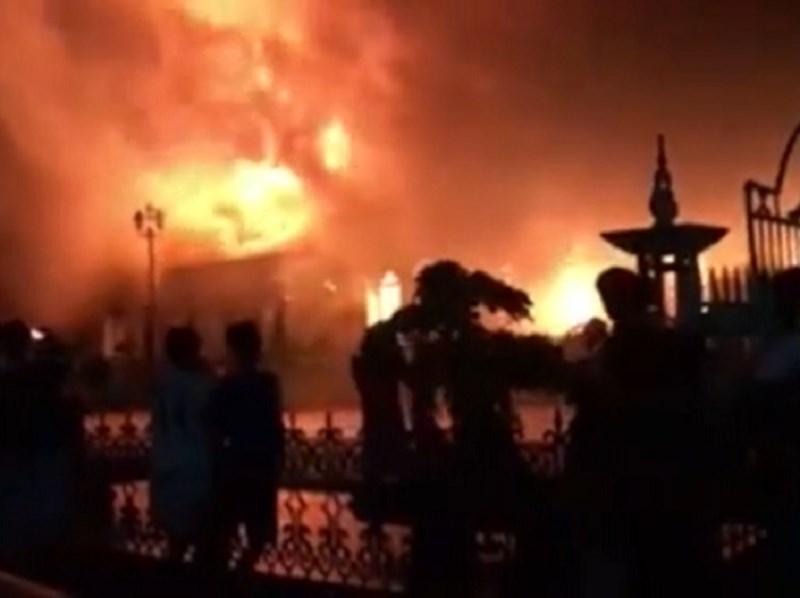 Cận cảnh nhà thờ hơn 100 năm tuổi cháy rực trong đêm - 3