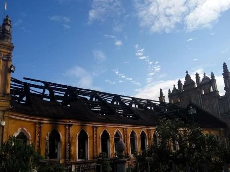Cận cảnh nhà thờ hơn 100 năm tuổi cháy rực trong đêm - 6