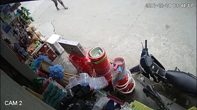 Clip: Chê xe máy, thanh niên trộm xe đạp trong 10 giây