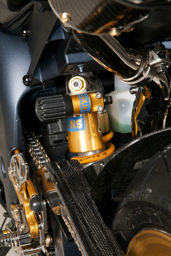 Chủ nhân chiếc xế độ ở đây đã từng may mắn nhìn thấy YZF-R1SP biểu diễn tại MotoGP ở Đảo Phillip. Chiếc xe có hệ thống treo Ohlins đặc biệt và vành bánh Marchesini, cùng nước sơn màu khói súng, xích vàng và biển số đặc biệt. Ảnh hệ thống giảm sóc sau Ohlins.